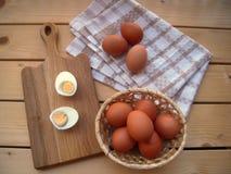 Taglio bollito uova ed in un canestro e su un asciugamano di cucina fotografia stock