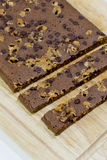 Taglio dei brownie casalinghi su fondo di legno Immagini Stock