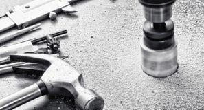 Taglio dei fori grandi con l'aiuto degli strumenti elettrici Fotografie Stock