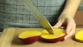 Taglio dei frutti del mango per la ricetta del dolce del cr?pe di oreo archivi video