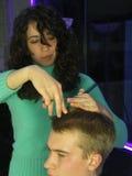 Taglio dei suoi capelli Fotografie Stock