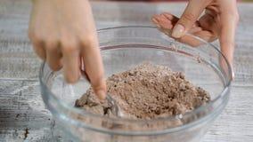 Taglio del burro in farina per produrre la pasta di pasticceria del cioccolato archivi video