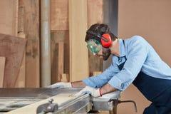 Taglio del carpentiere con la concentrazione fotografie stock libere da diritti