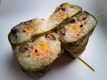 Taglio del cuscinetto di gatto di Khao, di gatto di Khao o del riso appiccicoso il fango tailandese del dessert con della banana  fotografia stock libera da diritti