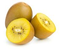 Taglio del kiwi del kiwifruit/ed intero dorati fotografie stock libere da diritti