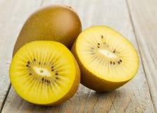 Taglio del kiwi del kiwifruit/ed intero dorati immagini stock libere da diritti