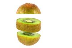 Taglio del kiwi nei pezzi rotondi isolati su bianco Fotografie Stock