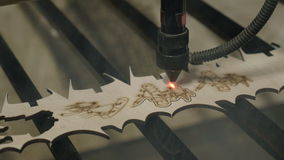 Taglio del laser sul legno stock footage