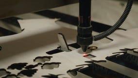 Taglio del laser sul legno video d archivio
