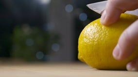 Taglio del limone di spruzzatura fresco video d archivio