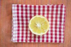 Taglio del limone mezzo su un tovagliolo colorato Fotografia Stock Libera da Diritti