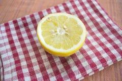 Taglio del limone mezzo su un tovagliolo colorato Fotografia Stock