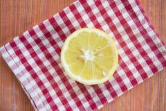 Taglio del limone mezzo su un tovagliolo colorato Immagine Stock