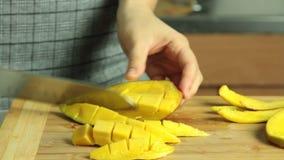 Taglio del mango per il dolce del cr?pe di oreo stock footage