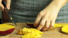 Taglio del mango per il dolce del cr?pe di oreo archivi video
