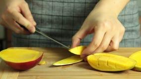 Taglio del mango per la ricetta del dolce del crêpe di oreo stock footage