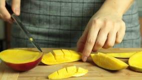 Taglio del mango per la ricetta del dolce del crêpe di oreo video d archivio