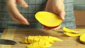 Taglio del mango per la ricetta del dolce del cr?pe archivi video