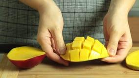 Taglio del mango per la ricetta del dolce del cr?pe stock footage