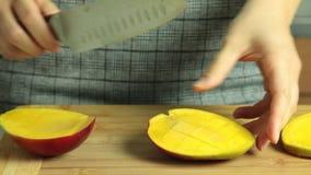Taglio del mango per la ricetta del dolce del cr?pe video d archivio