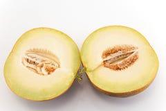 Taglio del melone a metà isolato su bianco Immagine Stock