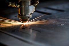 Taglio del metallo Le scintille volano dal laser Fotografia Stock
