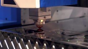 Taglio del metallo Le scintille volano dal laser clip Tecnologia della tagliatrice del laser Elaborazione industriale di taglio d stock footage