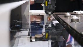 Taglio del metallo media Le scintille volano dal laser Taglio del metallo, tecnologia industriale moderna del laser di CNC archivi video