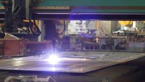Taglio del metallo, taglio del plasma del metallo dal laser nella produzione, primo piano, industria, elettrodo stock footage