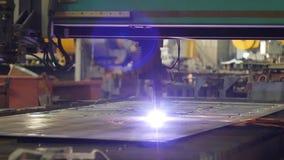 Taglio del metallo, taglio del plasma del metallo dal laser nella produzione, primo piano, industria, elettrodo video d archivio