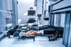 Taglio del metallo, tecnologia industriale moderna del laser di CNC immagini stock libere da diritti
