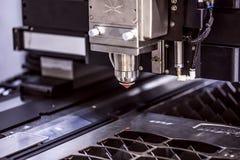 Taglio del metallo, tecnologia industriale moderna del laser di CNC Immagine Stock