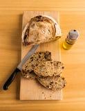 Taglio del pane fatto a mano nella fetta Immagini Stock