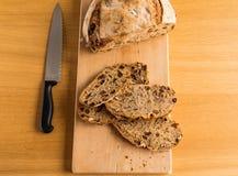 Taglio del pane fatto a mano per la prima colazione Immagini Stock Libere da Diritti