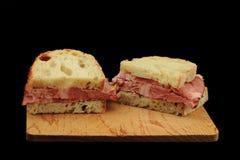 Taglio del panino sulla metà fotografie stock libere da diritti