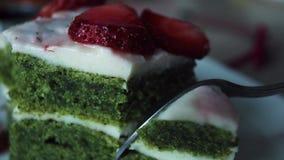 Taglio del pezzo di dolce fresco appetitoso della pasticceria del biscotto con il primo piano estremo dell'inceppamento di fragol video d archivio