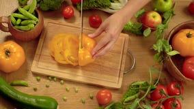 Taglio del pomodoro giallo stock footage
