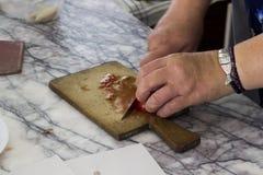 Taglio del pomodoro sul marmo turco tradizionale della cucina fotografia stock libera da diritti