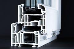 Taglio del primo piano di profilo della finestra del PVC, verniciatura tripla, fondo nero Fotografie Stock