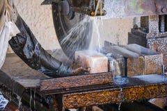 Taglio del sale per fare le mattonelle Immagini Stock