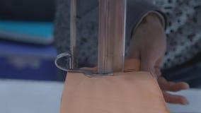 Taglio del tessuto del sarto industriale video d archivio
