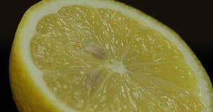 Taglio delizioso del limone per la spremuta del succo fresco Limone mezzo immagini stock