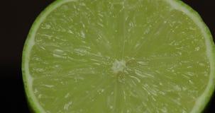 Taglio delizioso della calce per la spremuta del succo fresco Calce mezza video d archivio
