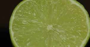 Taglio delizioso della calce per la spremuta del succo fresco Calce mezza fotografia stock