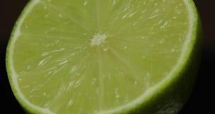 Taglio delizioso della calce per la spremuta del succo fresco Calce mezza fotografie stock libere da diritti