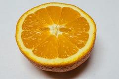 Taglio dell'arancia del primo piano a metà pronto all'estorsione Fotografia Stock Libera da Diritti