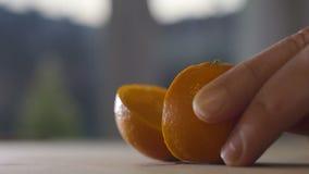 Taglio dell'arancia di spruzzatura fresca video d archivio