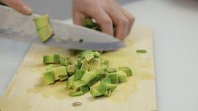 Taglio dell'avocado nei pezzi Affettatura dei frutti per lattuga video d archivio