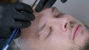 Taglio della barba con la rasatura del rasoio diritto Chiuda su di rasatura della barba nel negozio di barbiere Stile maschio del archivi video