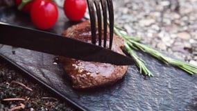 Taglio della bistecca deliziosa archivi video